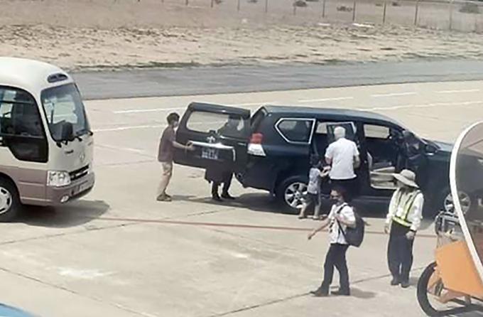 Ôtô biển xanh vào khu vực cầu thang máy của sân bay Tuy Hòa đón Phó bí thư Tỉnh ủy Phú Yên và người nhà, hôm 14/6. Ảnh: Facebook.