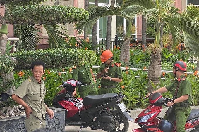 Cảnh sát tập trung tại chung cư The Manor, trong khi đoàn công tác của Bộ Công an khám xét trên căn hộ của ông Tuyến. Ảnh: Quốc Thắng.