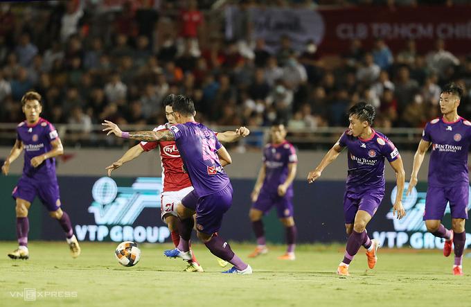 Công Phượng thi đấu tốt ở V-League năm nay nhưng khi gặp Sài Gòn FC, anh luôn bị số đông cầu thủ theo kèm và không thể hiện được nhiều. Ảnh: Đức Đồng.
