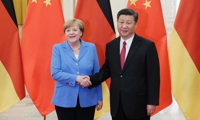 Thủ tướng Đức Angela Merkel (trái) bắt tay Chủ tịch Trung Quốc Tập Cận Bình tại Đại lễ đường Nhân dân Bắc Kinh hồi tháng 5/2018. Ảnh: Reuters.