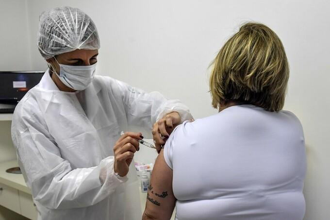 Tình nguyện viên tiêm thử vaccine tại Phòng khám chuyên khoa về Bệnh truyền nhiễm và Ký sinh trùng (CEDIPI), tại Sao Paulo, Brazil, ngày 24/7. Ảnh: AFP