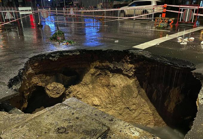 Hố tử thần xuất hiện sau mưa lớn tại góc đường Phan Văn Trị - Nguyễn Oanh, tối 6/8. Ảnh: Đinh Văn.
