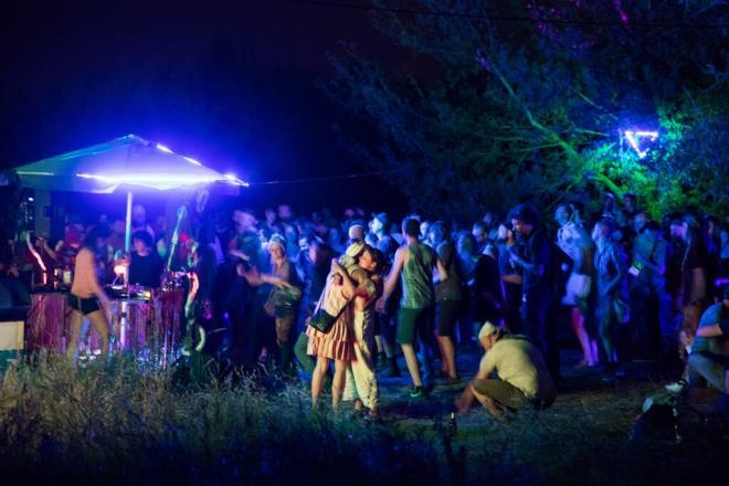 Phớt lờ COVID-19, dân châu Âu tổ chức tiệc thâu đêm ở công viên - 1