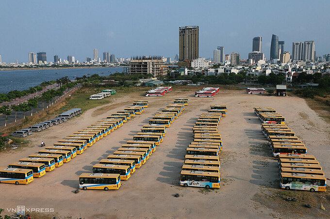 Xe buýt phải dừng hoạt động, xếp hàng dài trong bãi đỗ dưới chân cầu Thuận Phước (quận Hải Châu trong những ngày tái cách ly xã hội. Ảnh: Nguyễn Đông.