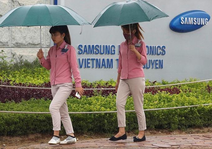 Công nhân đi ngang qua cổng nhà máy Samsung ở Thái Nguyên vào tháng 10/2016. Ảnh: Reuters