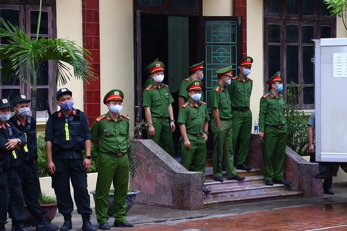 Nhiều cảnh sát bảo vệ quanh phiên toà sáng nay. Ảnh: Phạm Dự.
