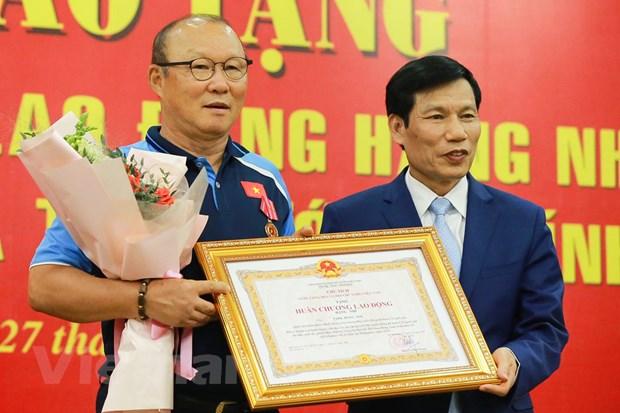 HLV Park Hang-seo xuc dong khi nhan Huan chuong Lao dong hang Nhi hinh anh 1