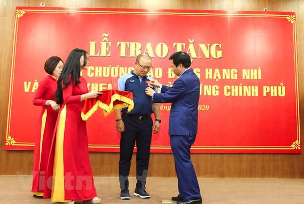 HLV Park Hang-seo xuc dong khi nhan Huan chuong Lao dong hang Nhi hinh anh 2