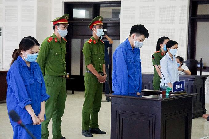 Từ trái qua, Trinh, Fa, và Diễm tại phiên xử sơ thẩm ngày 29/8. Ảnh: Đông Hồ.