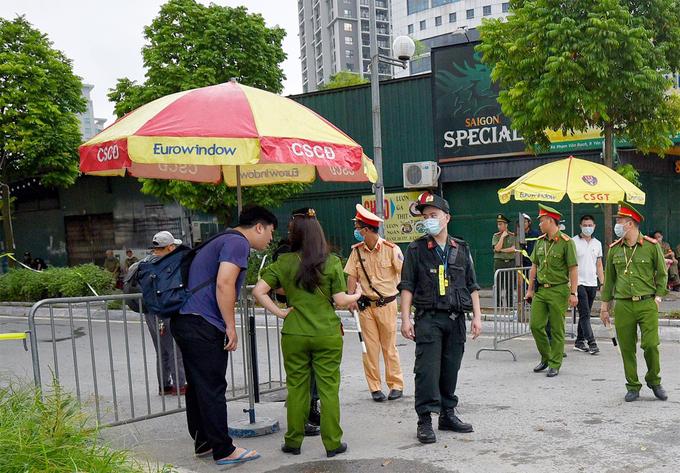 Các lối đi vào TAND Hà Nội được kiểm soát. Ảnh: Giang Huy