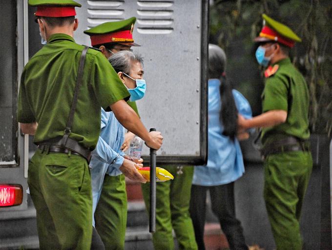 Bị cáo bị áp giải vào sân TAND Hà Nội. Ảnh: Giang Huy