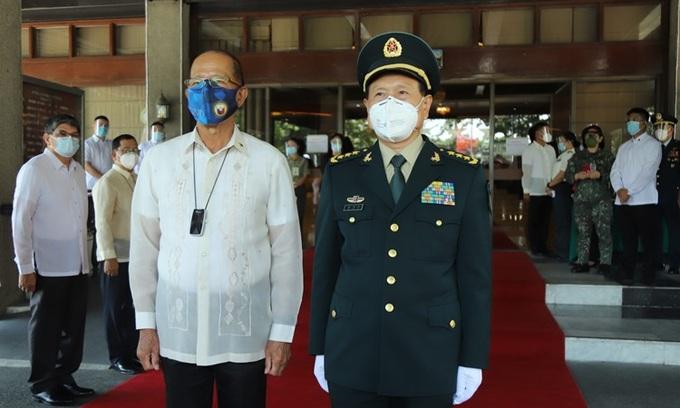 Ông Delfin Lorenzana (trái) và ông Ngụy Phượng Hòa tại trụ sở Bộ Quốc phòng Philippines ở thành phố Quezon hôm 11/9. Ảnh: AP.