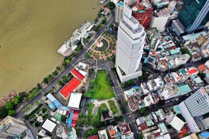 Khu đất 6.000 m2 liên quan sai phạm của cựu Bộ trưởng Vũ Huy Hoàng nằm tại số 2-4-6 Hai Bà Trưng (quận 1, TP HCM), cách sông Sài Gòn và phố đi bộ Nguyễn Huệ khoảng 100 m, xung quanh là các cao ốc văn phòng, khách sạn hạng sang. Ảnh:Hữu Khoa.