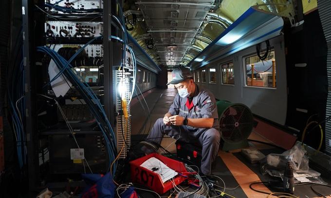 Công nhân đang lắp ráp hệ thống tàu điện ngầm ở Đường Sơn, tỉnh Hà Bắc, Trung Quốc hồi tháng 7. Ảnh: Xinhua.