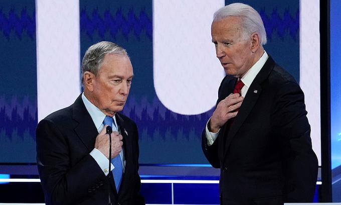 Tỷ phú Mike Bloomberg và cựu phó tổng thống Joe Biden tại Las Vegas hồi tháng hai. Ảnh: Reuters.
