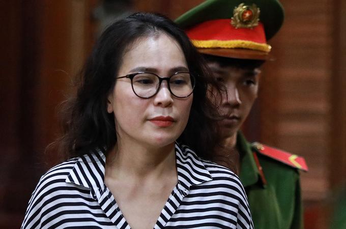 Bị cáo Lê Thị Thanh Thuý ra xe về trại giam, trưa 19/9. Ảnh: Hữu Khoa.