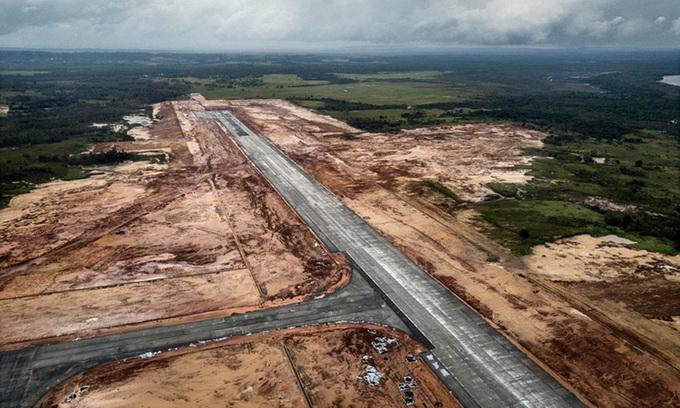 Đường băng đang xây dựng tại sân bay quốc tế Dara Sakor của Campuchia nhìn từ trên cao năm 2019. Ảnh: NYTimes.