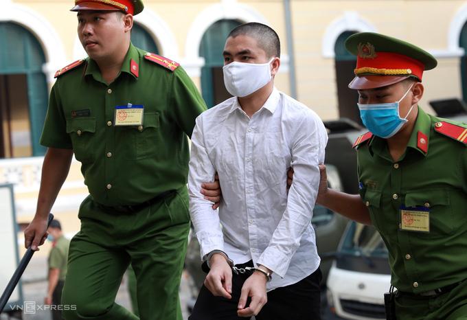 Một trong 20 bị cáo được đưa đến tòa sáng 21/9. Ảnh: Hữu Khoa.