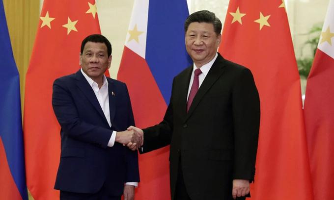 Chủ tịch Trung Quốc Tập Cận Bình (phải) và Tổng thống Philippines Rodrigo Duterte tại Đại lễ đường Nhân dân, Bắc Kinh tháng 4/2019. Ảnh: Reuters.