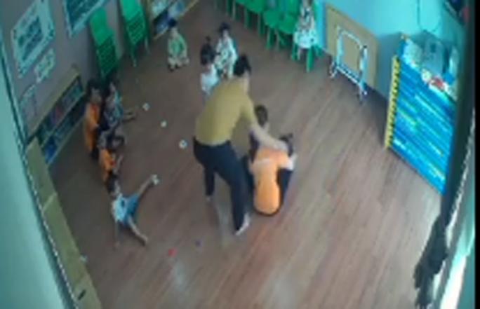 Phụ huynh tát vào mặt bé gái 2 tuổi đã tới nhà xin lỗi nhưng không được chấp nhận - Ảnh 2.