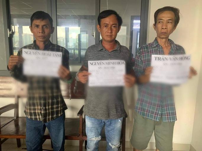 Công an lật mặt hai gã đàn ông ở ngã tư Bà Hom, quận 6 - Ảnh 1.