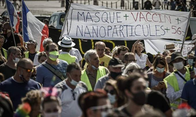 Biểu tình phản đối đeo khẩu trang, tiêm chủng và các biện pháp hạn chế tại Bordeaux, Pháp tháng trước. Ảnh: AFP.