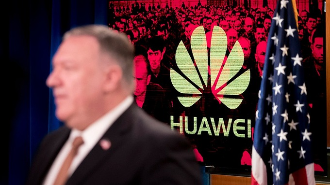Logo của Huawei phía sau Ngoại trưởng Mỹ Mike Pompeo trong một cuộc họp báo vào tháng 7. Ảnh: AP.