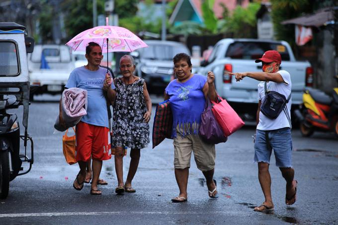 Người dân ở khu vực ven biển thành phố Legaspi, tỉnh Albay được sơ tán hôm 25/10. Ảnh: AFP.