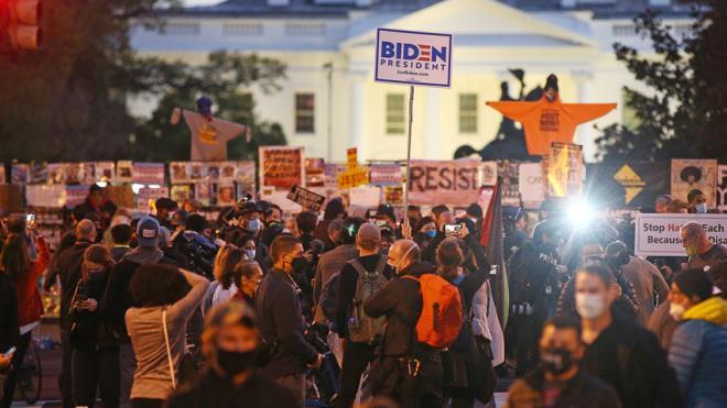 Bầu cử chưa kết thúc, người biểu tình tiến sát Nhà Trắng - 1