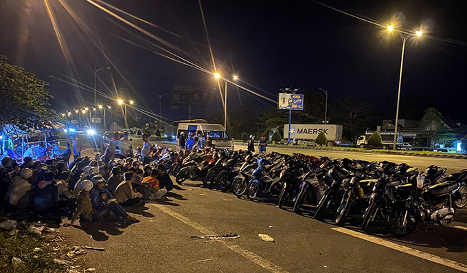 Nhiều thanh thiếu niên cùng xe máy bị cảnh sát bắt giữ rạng sáng 6/12. Ãnh: Minh Hoàng