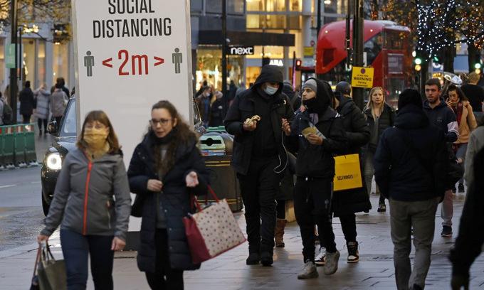 Người dân trên đường phố thủ đô London, Anh, hôm 14/12. Ảnh: AFP.