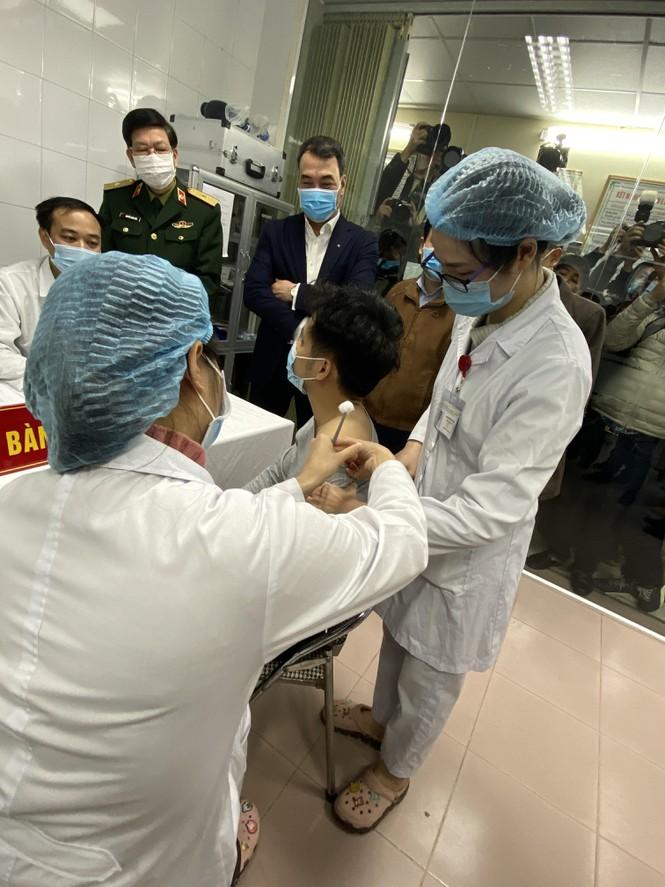 Việt Nam: Người đầu tiên tiêm thử nghiệm vắc-xin ngừa COVID-19  - ảnh 1
