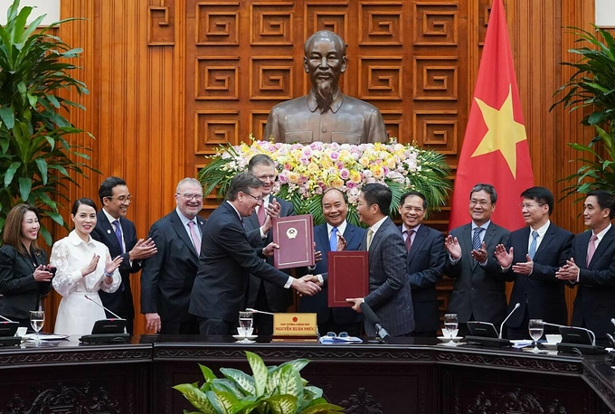 Bộ trưởng Công Thương Trần Tuấn Anh và Chủ tịch US-ABC Alex Feldman trao đổi biên bản ghi nhớ Tăng cường hợp tác công nghiệp và thương mại dưới sự chứng kiến của Thủ tướng Nguyễn Xuân Phúc hôm 4/3/2020. Ảnh: VGP/Quang Hiếu.
