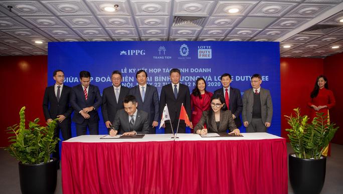 Ông Johnathan Hạnh Nguyễn hợp tác mở cửa hàng miễn thuế dưới phố đầu tiên ở Hà Nội - Ảnh 1.