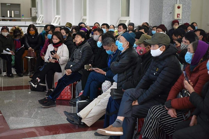 Hơn 500 bị hại ngồi kín khu vực ngoài phòng xử án, theo dõi phiên toà qua màn hình điện tử trong ngày khai mạc phiên toà. Ảnh: Thanh Vân