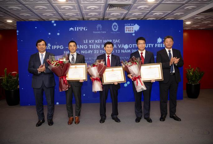 Ông Johnathan Hạnh Nguyễn hợp tác mở cửa hàng miễn thuế dưới phố đầu tiên ở Hà Nội - Ảnh 2.