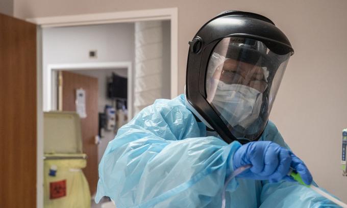 Nhân viên y tế chăm sóc cho bệnh nhân nhiễm nCoV trong phòng điều trị tích cực tại một bệnh viện ở Houston, Texas, hôm 25/12. Ảnh:AFP.