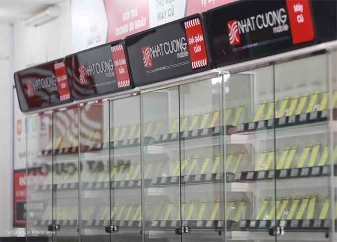 Tủ bày điện thoại trống trơn trong các cửa hàng khi bị cơ quan điều tra khám xét hồi tháng 5/2019 tại Hà Nội.Ảnh: Tất Định