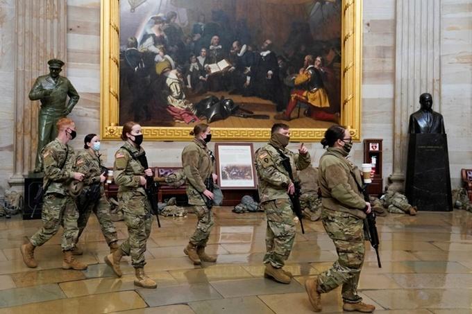 Vệ binh Quốc gia tuần tra bên trong tòa quốc hội Mỹ. Ảnh: Reuters.