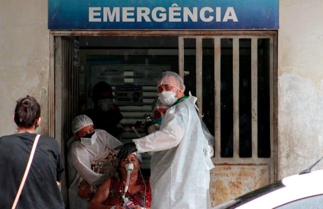 Một nhân viên y tế đưa bệnh nhân đến phòng cấp cứu ở bệnh viện công tại Manacapuru, Amazonas. Ảnh: Guardian.