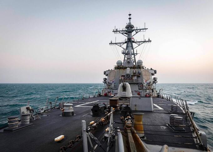 Tàu khu trục tên lửa dẫn đường USS John S. McCain di chuyển gần quần đảo Hoàng Sa ở Biển Đông ngày 5/2. Ảnh: US Navy.