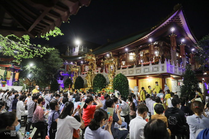 Tối 19/2, nhiều người đã đến chùa Viên Giác (quận Tân Bình) tham gia lễ Kỳ An Hội trong dịp đầu năm. Quỳnh Trần.