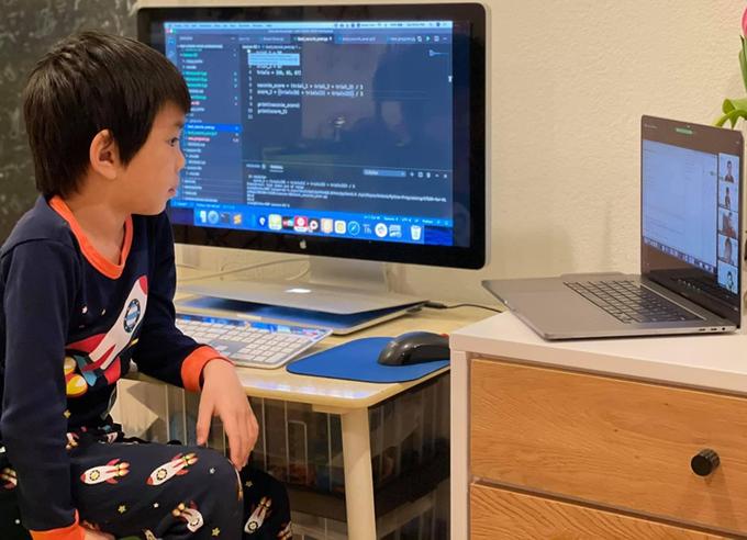 Trẻ em được học cách giải quyết vấn đề bằng tư duy máy tính khi tham gia khóa học STEAM for Vietnam. Ảnh: NVCC.
