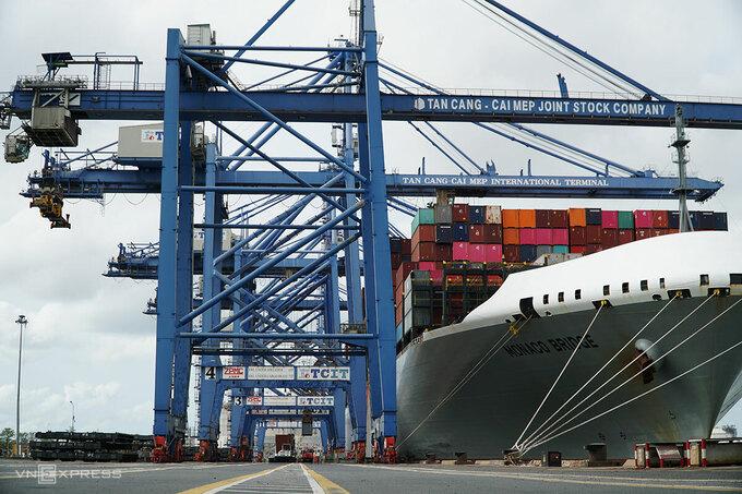 Tàu container cập cảng Tân Cảng Cái Mép bốc dỡ hàng sáng 20/3. Ảnh: Trường Hà.