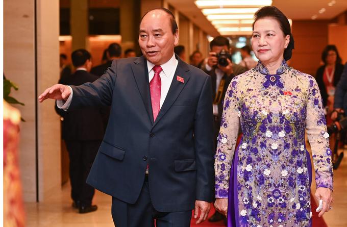 Thủ tướng Nguyễn Xuân Phúc và Chủ tịch Quốc hội Nguyễn Thị Kim Ngân trước giờ khai mạc kỳ họp, sáng 24/3. Ảnh: Giang Huy