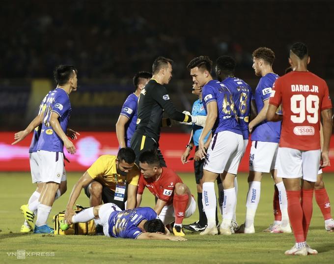 Hình ảnh về chấn thương của Hùng Dũng sẽ còn ám ảnh bóng đá Việt Nam. Ảnh: Lâm Thỏa
