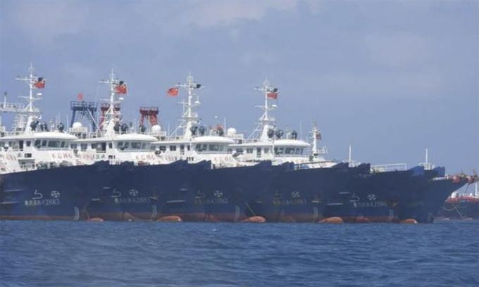 Đội tàu cá Trung Quốc neo đậu tại bãi đá ngầm trên Biển Đông ngày 7/3. Ảnh: AP.
