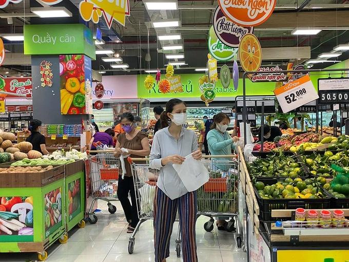 Khách đi siêu thị Co.op Xtra Phạm Văn Đồng. Ảnh: Tấn Đạt.