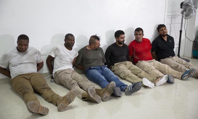Các nghi phạm trong vụ ám sát Tổng thống Haiti Jovenel Moise tại buổi họp báo ở thủ đô Port-au-Prince hôm 8/7. Ảnh: AP.