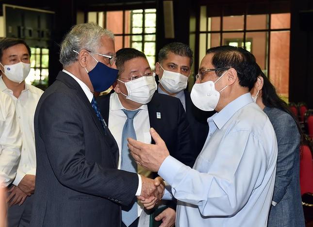 Thủ tướng: Không ai đứng ngoài cuộc trong việc tiếp cận vắc xin ảnh 2